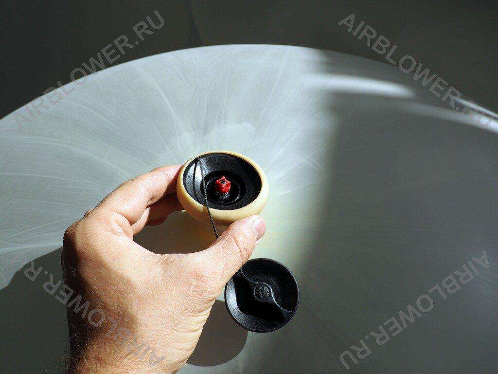 Обратный клапан установлен в заправочную горловину латексного шара