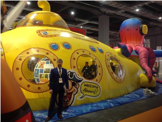 """Хорькин Алексей на выставке в Шанхае с воздухоопорным сооружением """"Жёлтая подводная лодка"""""""